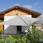 Terrassenbeschattung Strohballenhaus Laax GR