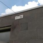 Umlenkrolle an Steinfassade