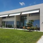 Sonnensegel teilweise ausgerollt als Fassadenbeschattung, Villa TG