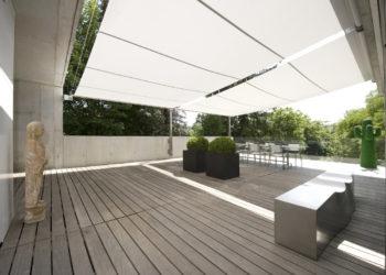 leichtes Sonnensegeltuch spendet Schatten auf Terrasse