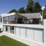 elektrisch aufrollbares Sonnensegel auf Terrasse von Villa in Winterthur