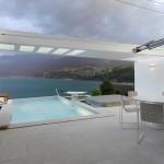 Sonnensegel als Schutz vor Regen und Sonne wunderbar integriert in die Architektur der Villa Azimut am Faulensee
