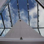 Elegante Dachbeschattung mit automatischem Sonnensegel