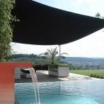 Elegantes Sonnensegel aufrollbar: Gartensitzplatz Beschattung am Zürich See (Schweiz)
