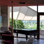 Sonnensegel gibt Schutz vor Regen und Sonne - hier im Hotel Belvedere Scuol GR