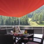 Gaumenfreuden mit Sonnenschutz im Hotel Al Rom unter dem Sonnensegel