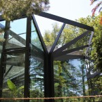 Botanischer Garten Grüningen: Gewächshaus mit den fünf darüber liegenden automatischen Sonnensegeln.