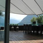 Sonnensegel Mehrfamilienhaus schützt vor Regen und Sonne