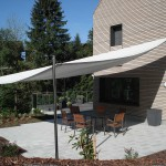 Sonnensegel über Gartensitzplatz am Sihlsee spendet Schatten und schützt vor Regen.