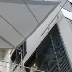 Sonnensegel mit Fassadenhalterung - filigran und doch robust.