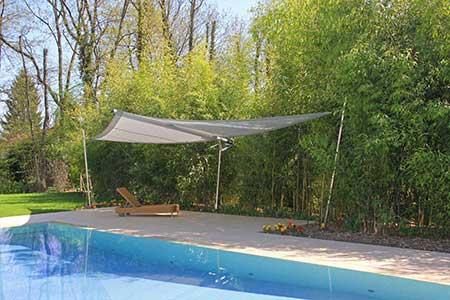 Sonnensegel Cantilever spendet Schatten am Pool.