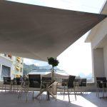 Terrasse mit Sonnensegel und Aussicht zu den Mythen