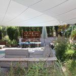 Sonnensegel über Lounge und Essbereich